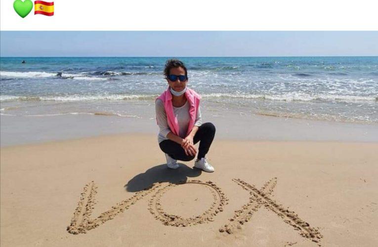 Una concejal de Vox de Sant Joan se fotografía en la playa con su marido y sus dos hijos