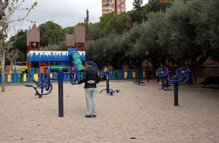 Benidorm reabre áreas de juego infantiles y zonas biosaludables e inicia la parcelación de sus playas