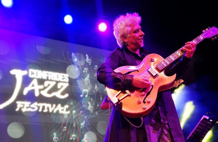 El virtuosismo de Ximo Tebar conquista al público de Confrides con su jazz mediterráneo